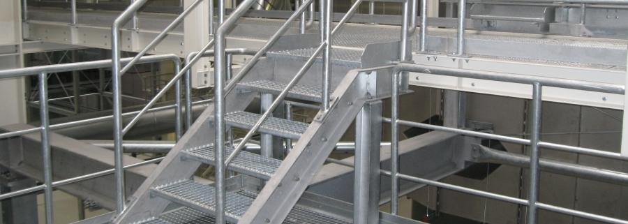 Gitterrostebene mit Treppe und Geländer